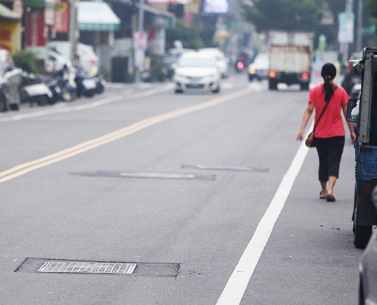 專家建議,除了人孔蓋、道路刨鋪等需改善,要求道路工程驗收的品質是改善關鍵。圖/報系資料照